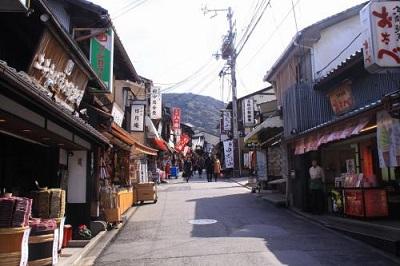 清水坂を歩いて清水寺へ行きます
