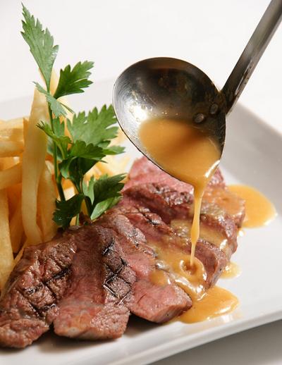 メゾンカイザーカフェ丸の内店・牛肉の網焼きステーキ